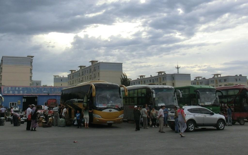 ホルゴスの中国側バスターミナルは、カザフに向かう商人でいっぱい(中国・新疆ウイグル自治区)